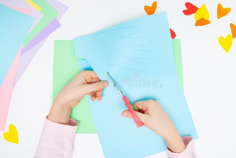 Dlaczego robić papierowemu królikowi dla Wielkanocnych powitań i zabawy Dziecko sztuki projekt pojęcie diy Dzieciak ręki robią pa fotografia stock