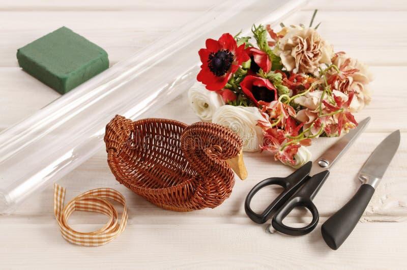 Dlaczego robić bukietowi kwiaty w łozinowej gąsce obraz stock