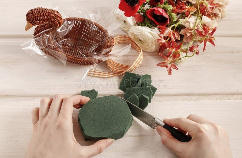Dlaczego robić bukietowi kwiaty w łozinowej gąsce fotografia stock