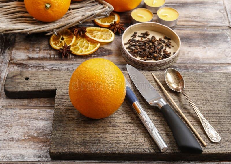 Dlaczego robić pomarańczowej pomander piłce z świeczką - tutorial zdjęcia royalty free