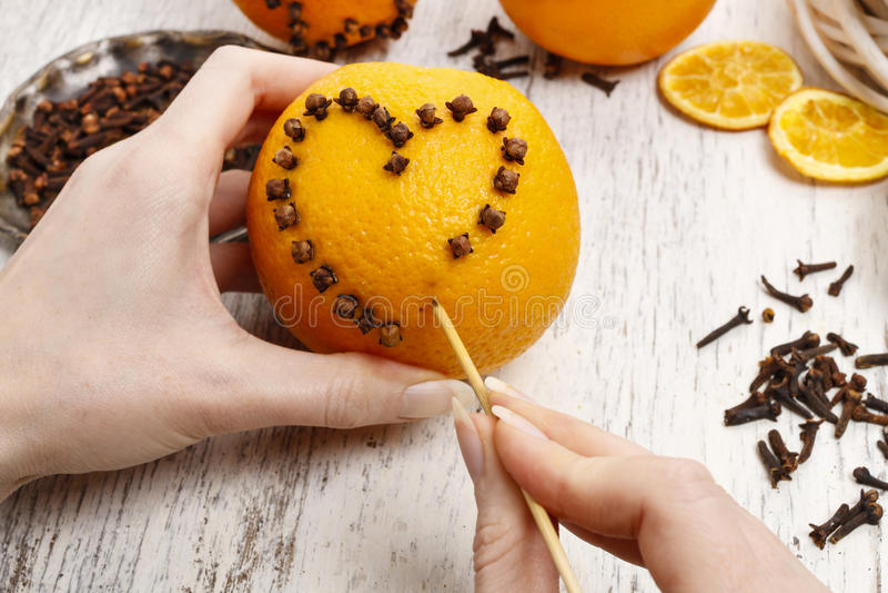 Dlaczego robić pomarańczowej pomander piłce z świeczką - tutorial obraz royalty free