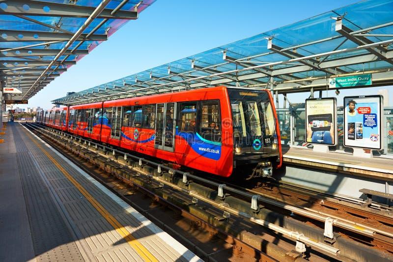 DLR-drev som väntar på den västra Indien kajstationen på Canary Wharf royaltyfri bild