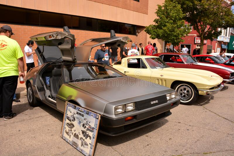 DMC DeLorean Stainless Steel-bil som visas vid Kenosha Car Show Annual royaltyfri foto