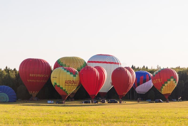 25 08 2018 - Dmitrov, область Москвы, Россия Подготовка для красочного полета использующих горячих воздух воздушных шаров над лес стоковые фото