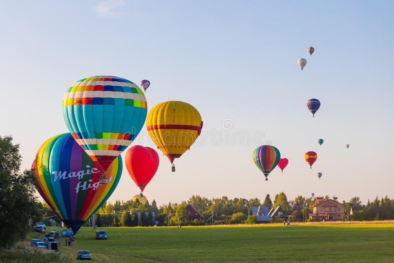 25 08 2018 - Dmitrov, Moskau-Region, Russland Vorbereitung für bunten Heißluftballonflug über dem Wald lizenzfreies stockbild