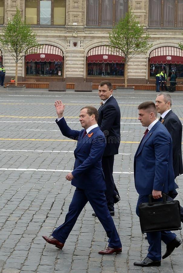 Dmitry Medvedev, primer ministro de la Federaci?n Rusa, en Plaza Roja durante la celebraci?n del 74.o aniversario del Vic fotos de archivo