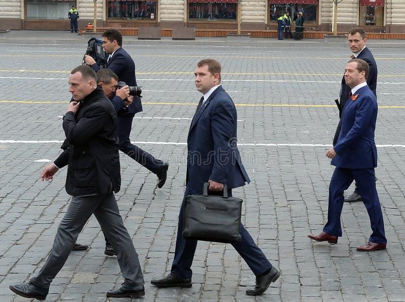 Dmitry Medvedev, primer ministro de la Federaci?n Rusa, en Plaza Roja durante la celebraci?n del 74.o aniversario del Vic fotografía de archivo