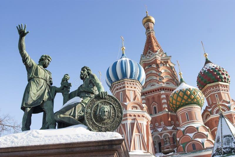 Dmitry Pozharsky和Kuzma Minin的古铜色纪念碑在前面 免版税库存图片