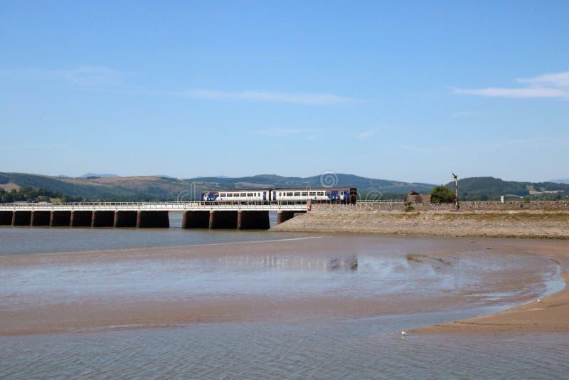 Dmu-Zug, der Arnside-Viadukt über Fluss Kent kreuzt lizenzfreie stockbilder