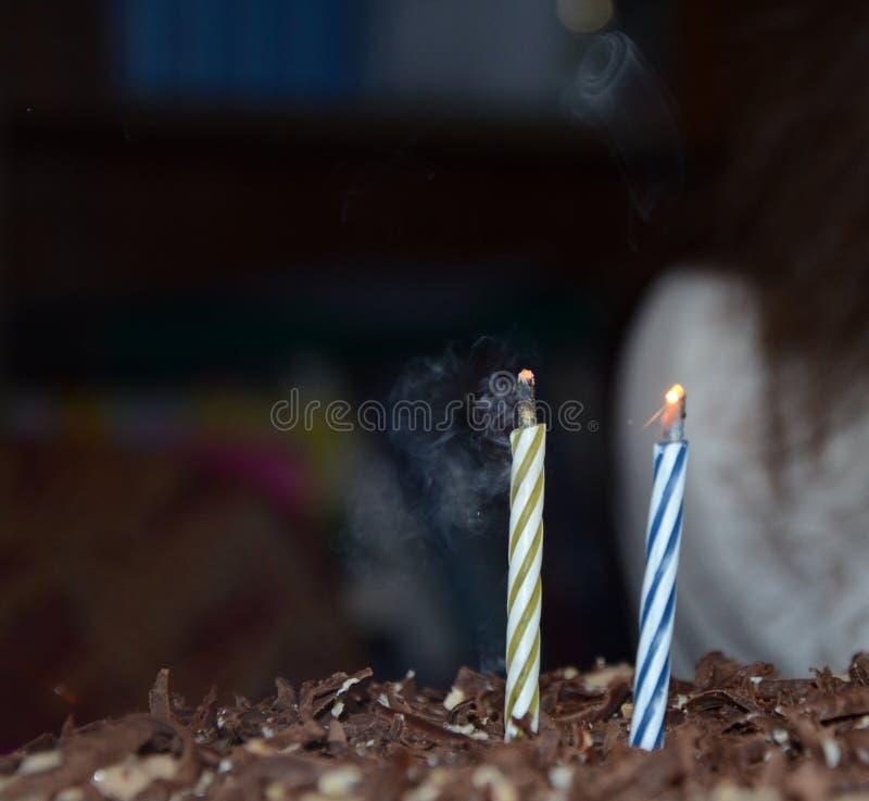 Dmuchał out płomienie świeczki na tortowego ð-аÐ'уÐ' и Ð ¿ fotografia stock