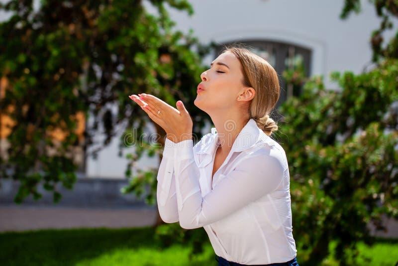 Dmucha buziaka, młody caucasian żeński z włosami model obrazy stock