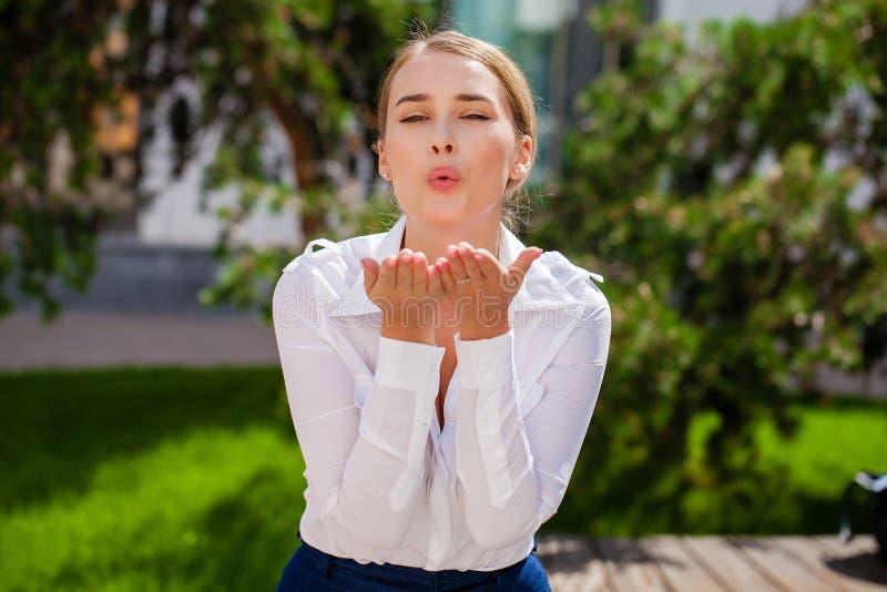 Dmucha buziaka, młody caucasian żeński z włosami model zdjęcie royalty free