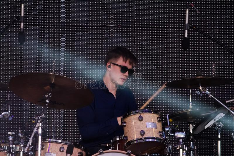 Dmytro Vodovozov, batterista del gioco ucraino di Antytila della banda rock di schiocco in scena alla fontana di Roshen, Vinnytsi immagine stock