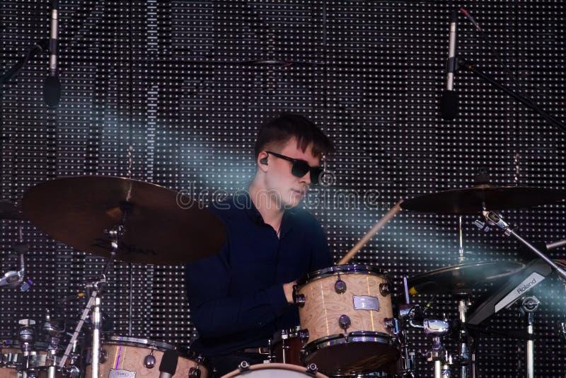 Dmytro Vodovozov, batteur de jeu ukrainien d'Antytila de groupe de rock de bruit sur la scène à la fontaine de Roshen, Vinnytsia, image stock
