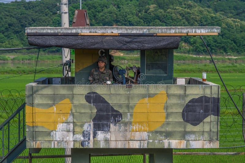 DMZ/CORÉE DU SUD - 21 JUIN 2013 : Gardes armées en service à la surveillance au DMZ du côté sud-coréen du conflit images stock