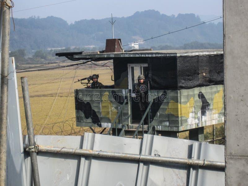 DMZ, Südkorea Oktober 2012: Südkoreanische Soldaten, die Schutz am DMZ stehen, wie von der Südkorea-Seite angesehen lizenzfreies stockbild