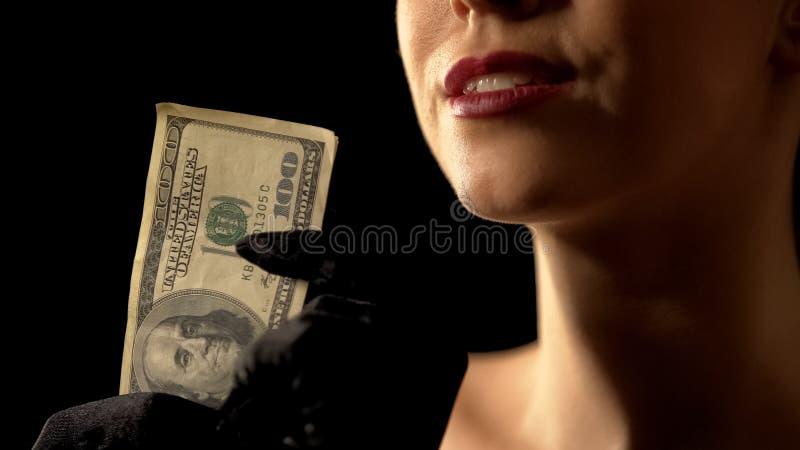 ??dna kobieta pokazuje dolary w kamer?, najwy?sz? wygran? lub loteryjnego zwyci?zc?, kasyno obraz stock