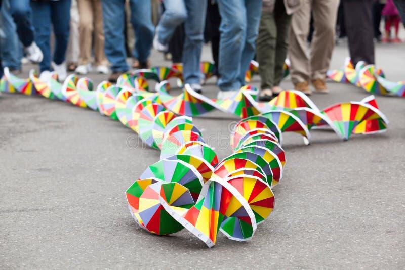DNAmodell i fokusen, suddig folkmassa i bakgrund royaltyfri foto