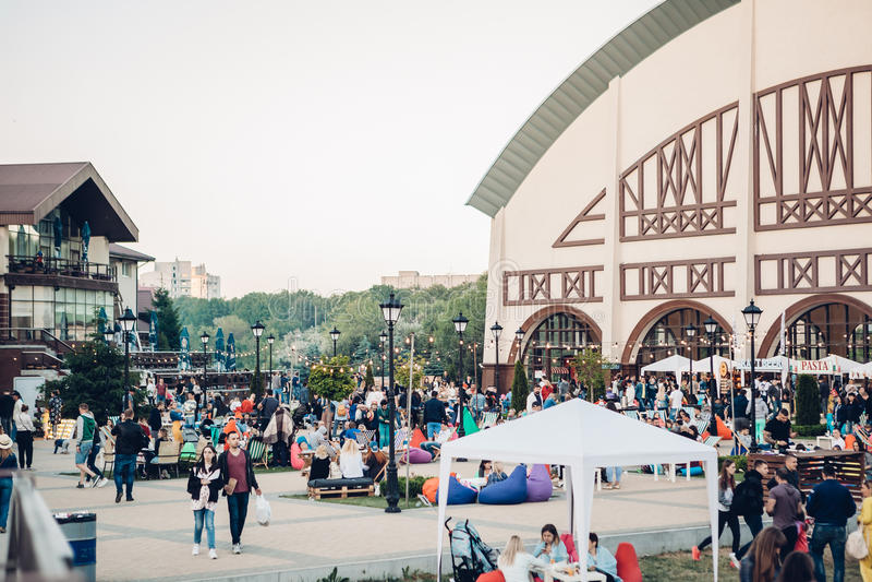 Dnepropetrovsk, Ucrânia - 3 de junho de 2017: os povos tomam parte num piquenique no parque Lavina com a família em Dnepropetrovs foto de stock