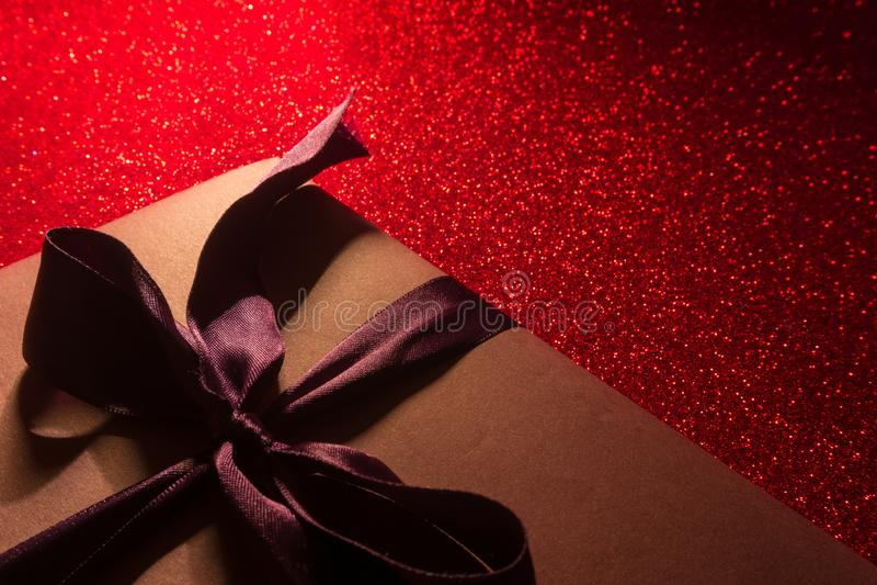 dni karty pozdrowienia s walentynki Skład z prezentem, giftbox, czerwoni serca na czerwieni ukazuje się Przestrze? dla teksta Cze fotografia royalty free