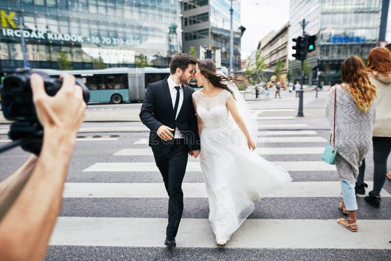 Dnia ślubu photoshoot w starym mieście zdjęcia royalty free