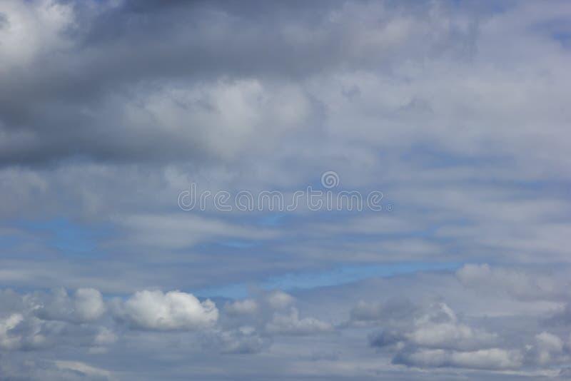 Dnia Chmurny niebieskie niebo Zakrywający z chmurami zdjęcia stock