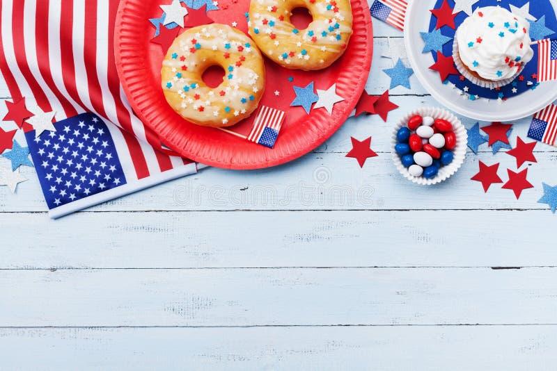 Dnia Niepodległości tło na 4th Lipiec z flaga amerykańską, gwiazdami i jedzeniem na drewnianym stołowym odgórnym widoku, zdjęcia royalty free
