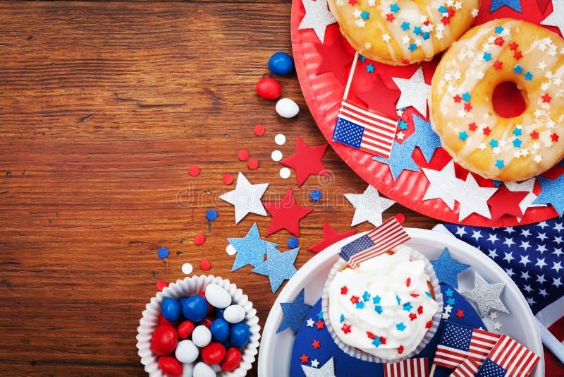 Dnia Niepodległości 4th Lipa tło z flaga amerykańską dekorującą słodcy foods, gwiazdy i confetti, Wakacje stołowy odgórny widok zdjęcie royalty free