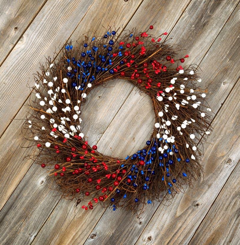 Dnia Niepodległości wianek na nieociosanych drewnianych deskach fotografia stock