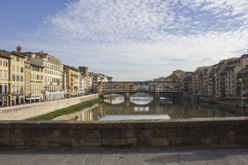 Dnia widok historyczny Ponte Vecchio most w Florencja, obraz royalty free
