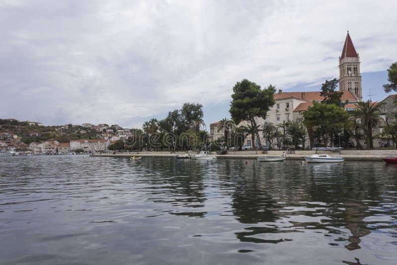 Dnia widok laguna Trogir miasto w Chorwacja zdjęcia royalty free
