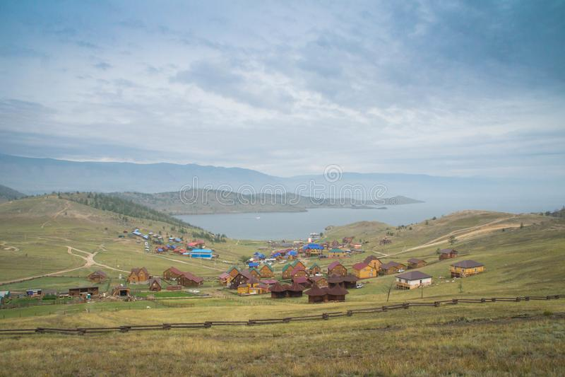 Dnia widok przy Małą Denną cieśniną Jeziorny Baikal nad wioską obrazy royalty free