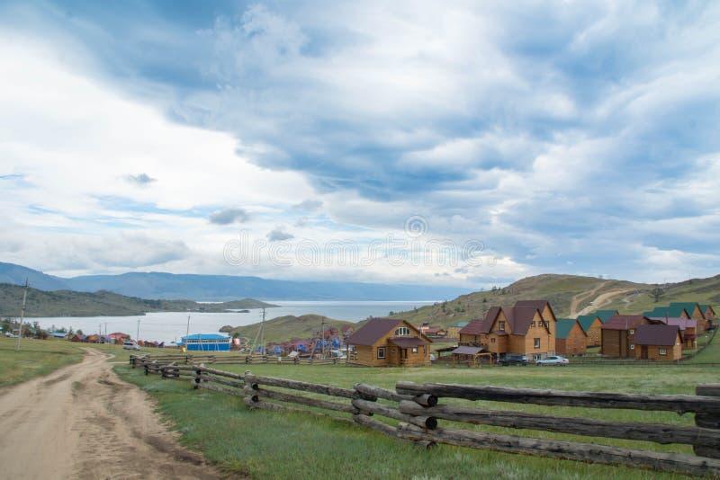 Dnia widok przy Małą Denną cieśniną Jeziorny Baikal nad wioską obraz stock
