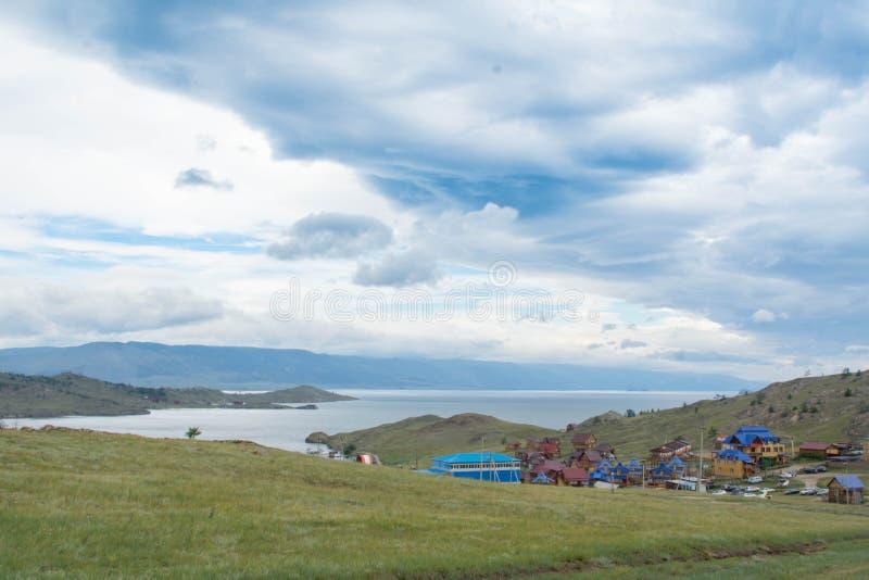 Dnia widok przy Małą Denną cieśniną Jeziorny Baikal nad wioską obraz royalty free