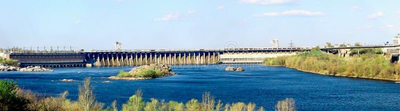 Dnieper Hydro plant DneproGES i Zaporizhzhia, Ukraina Panoramatisk vy DniproGES är en av symbolerna för Zaporozhye arkivfoto
