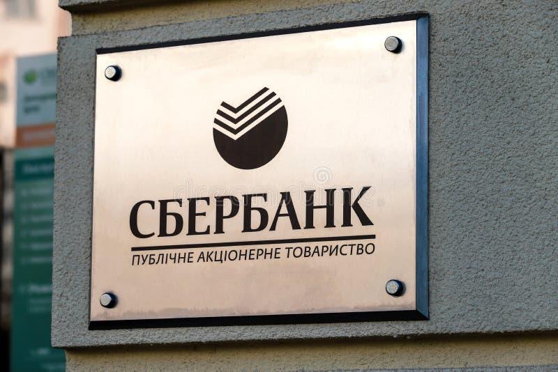 Dniepropietrowsk, Ukraina, 11 29.2018 Tablica nazwiskowa wisząca w biurze Sberbanku Znak rosyjski zdjęcia royalty free