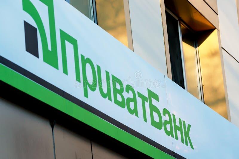 Dniepropietrowsk, Ukraina, 29 11 18 Znak ukraińskiego banku prywatnego z napis Privatbank obraz royalty free
