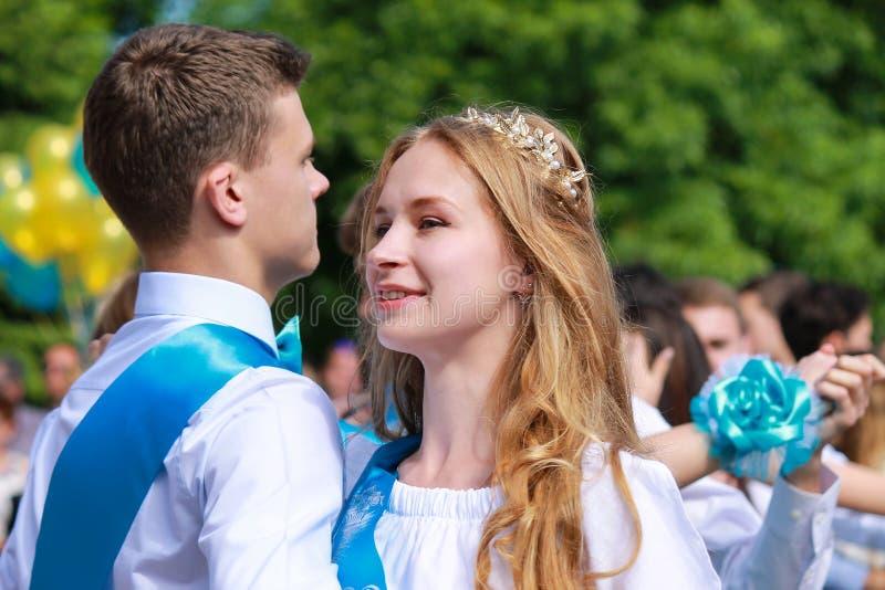 Dnipro市,第聂伯罗彼得罗夫斯克,乌克兰26 05 2018年 在学校的毕业庆祝的美好的白肤金发的女孩跳舞, 免版税库存图片