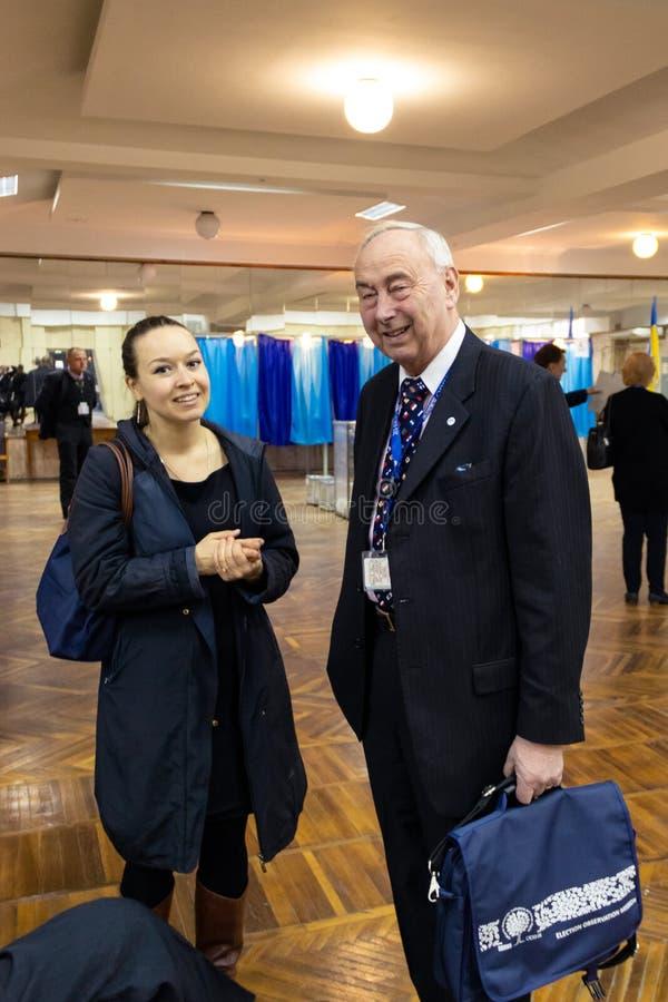 DNIPRO, УКРАИНА - 21-ое апреля 2019: Представители миссия замечания избрания OSCE и ODIHR в Украине на полинге стоковые изображения