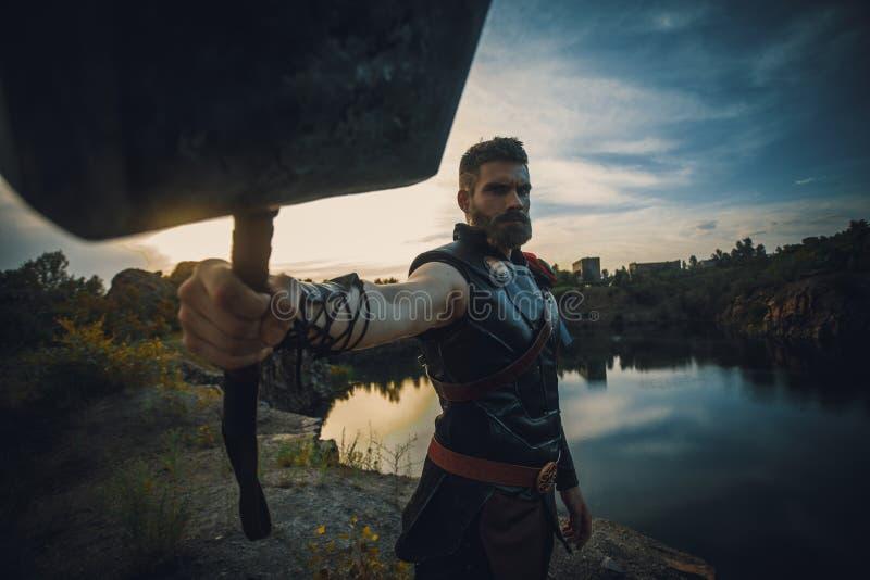 Dnipro, Украина 5-ое июня 2019: Cosplayer с Хаммером в его руке портретирует Тора супергероя стоковая фотография