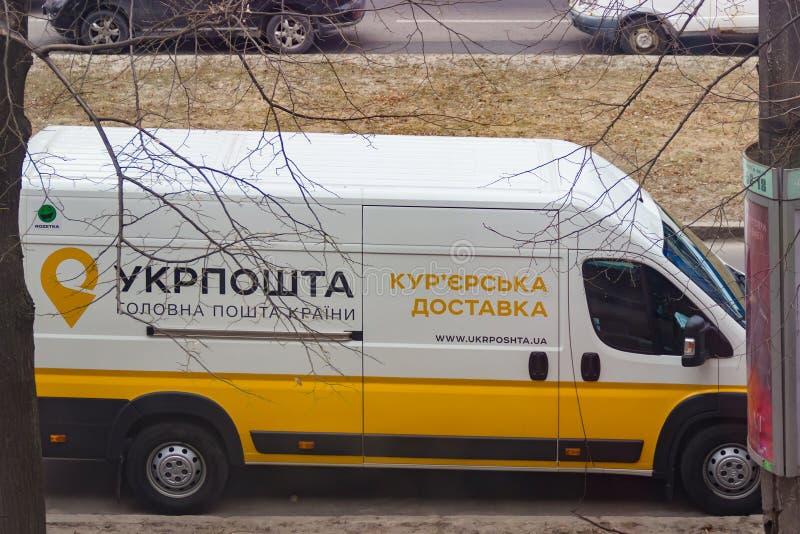 DNIPRO, de OEKRAÏNE - Maart 4, 2019: Een bestelwagen van de dienst van de koeriers postlevering UkrPoshta 1 maart, het Oekraïense royalty-vrije stock fotografie
