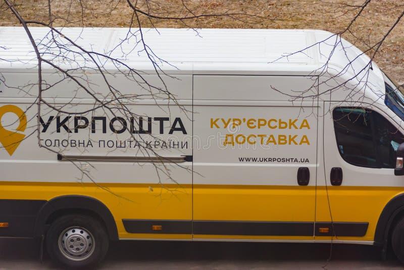 DNIPRO, de OEKRAÏNE - Maart 4, 2019: Een bestelwagen van de dienst van de koeriers postlevering UkrPoshta 1 maart, het Oekraïense royalty-vrije stock foto