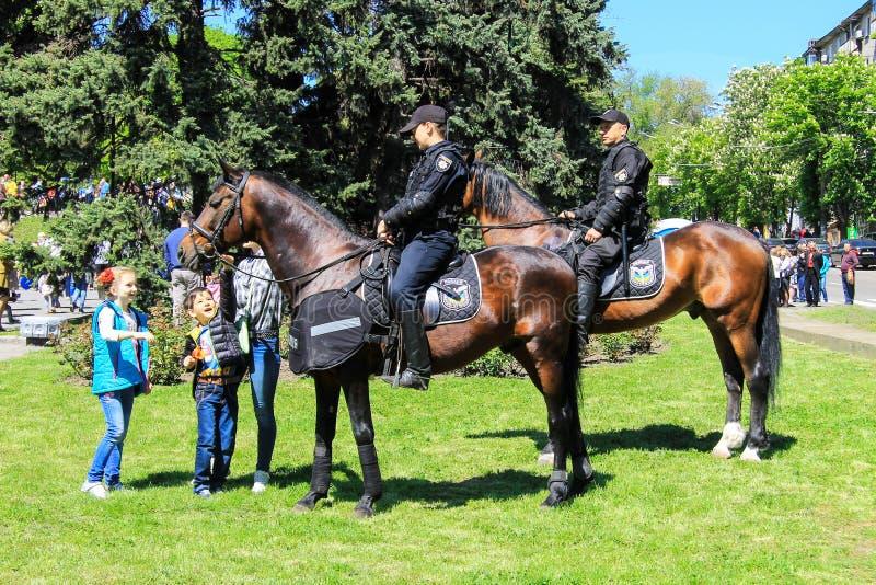 Dnipro, Dnepropetrovsk, Ucrânia, o 9 de maio de 2018 Polícia da patrulha a cavalo para proteger a ordem pública em eventos públic foto de stock royalty free