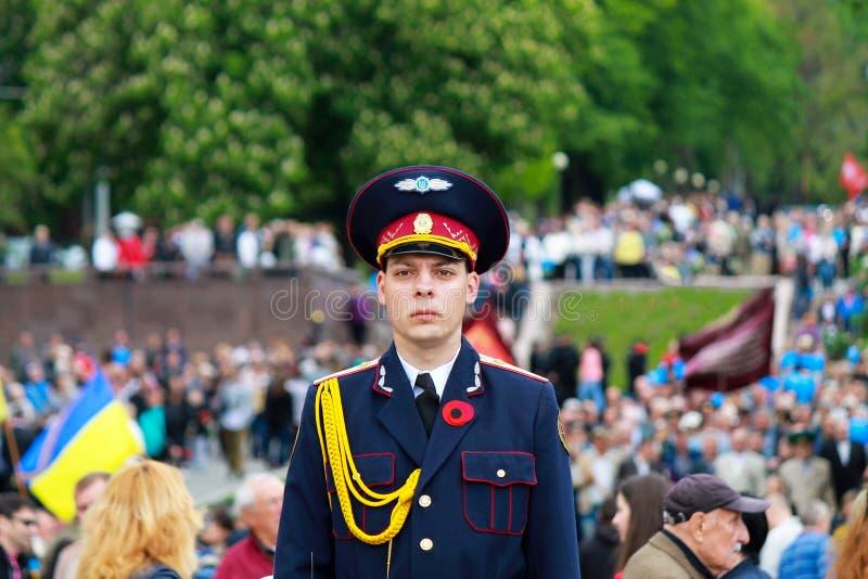 Dnipro stad, Dnepropetrovsk, Ukraina, Maj 9, 2018 En soldat av den ukrainska armén står i hedersvakten nära arkivfoto