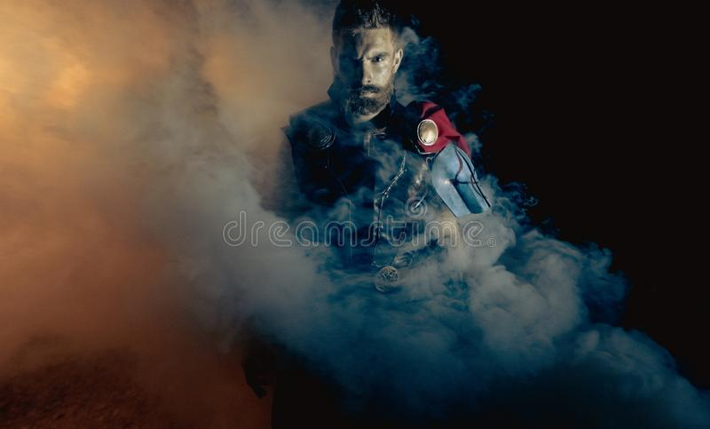 Dnipro, Ucrânia 5 de junho de 2019: Cosplayer retrata o Thor do super-herói contra o fundo do fumo imagens de stock