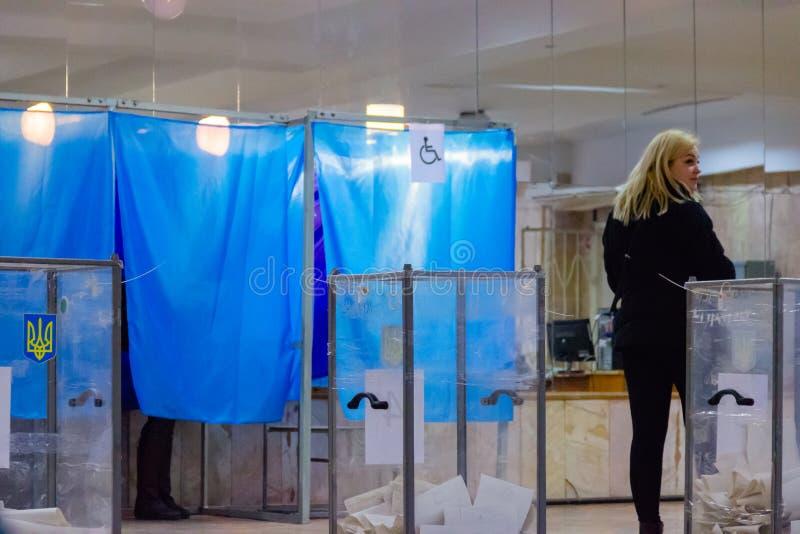 DNIPRO, UCRÂNIA - 31 de março de 2019: Ideia das cédulas na urna de voto na estação do voto Eleição do presidente de Ucrânia Obse fotos de stock royalty free