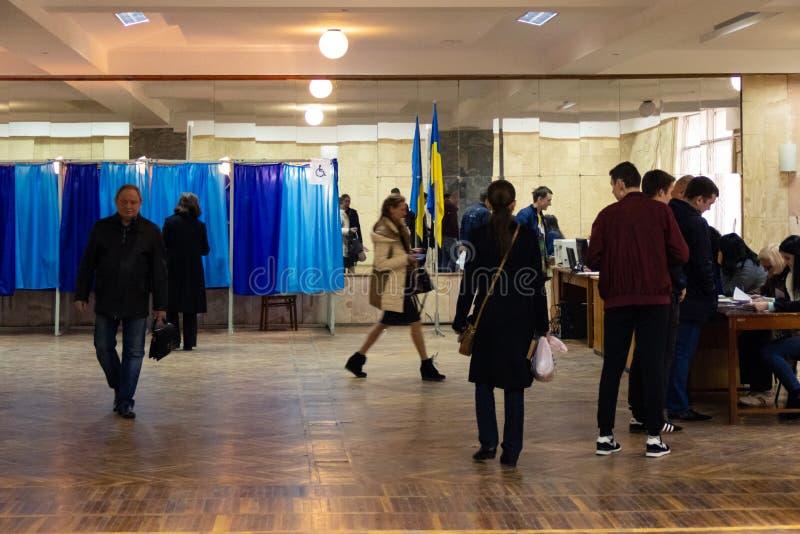DNIPRO, UCRAINA - 2019 aprile, 21: Elettori vicino alla cabina di voto al seggio elettorale durante il secondo giro dell'elezione fotografie stock