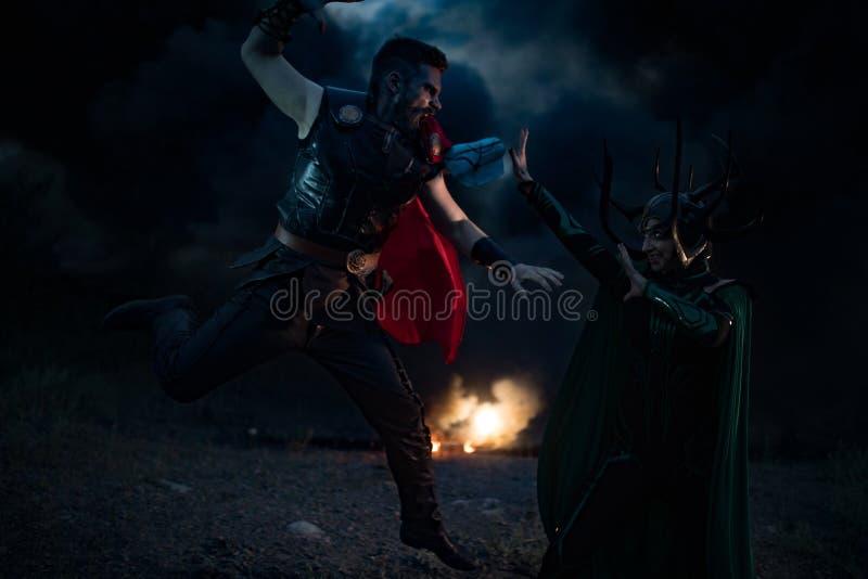 Dnipro, Ucraina 5 giugno 2019: Cosplayers illustra la battaglia della dea Hela e del supereroe Thor immagini stock