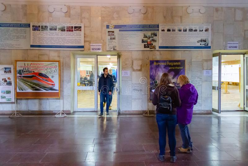 DNIPRO, UCRAINA - 31 marzo 2019: Exit poll alla stazione di voto Elezione di presidente dell'Ucraina Osservatori da politico diff immagine stock