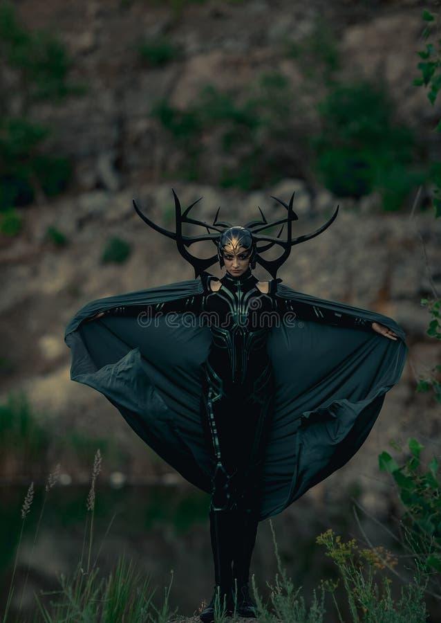 Dnipro, Ucrania 5 de junio de 2019: Cosplayer retrata a la diosa de la muerte Hela foto de archivo